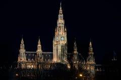 Cityhall de Wien iluminado completamente na noite imagens de stock