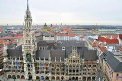 cityhall Munchen顶视图和地平线  免版税库存照片