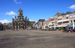 Cityhall y plaza del mercado, cerámica de Delft, Holanda Fotos de archivo libres de regalías