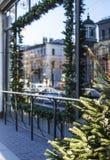 Citylife en la Navidad Decoración del escaparate fuera de la calle, fondo del carte cadeaux guirnalda, árbol Fotos de archivo libres de regalías