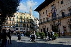 Citylife en Palma de Mallorca con la gente que da une vuelta en un cuadrado asombroso con arquitectura fotos de archivo