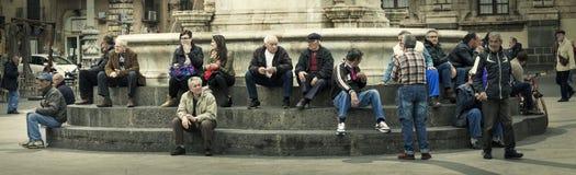Citylife panorama Folk som sitter på momenten av en springbrunn Royaltyfri Bild