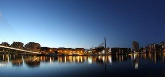 Citylights se reflétant de l'eau Photographie stock libre de droits