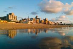 Cityline bij de kust stock afbeelding
