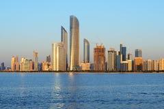 Cityline di Abu Dhabi al tramonto Immagini Stock