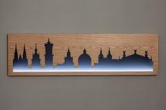 Cityline di vecchia città di Leopoli ha scolpito in legno con luce Fotografie Stock