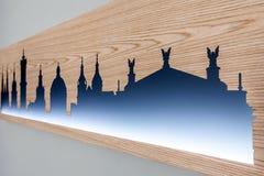 Cityline di vecchia città di Leopoli ha scolpito in legno con luce Immagine Stock