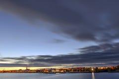 Cityscape över floden med ett stort moln Arkivbilder