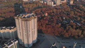 cityscape Κατοικημένος σύνθετος στην όχθη ποταμού Εναέριο μήκος σε πόδηα από ένα copter στο χρόνο ηλιοβασιλέματος απόθεμα βίντεο