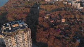 cityscape Κατοικημένος σύνθετος στην όχθη ποταμού Εναέριο μήκος σε πόδηα από ένα copter στο χρόνο ηλιοβασιλέματος φιλμ μικρού μήκους