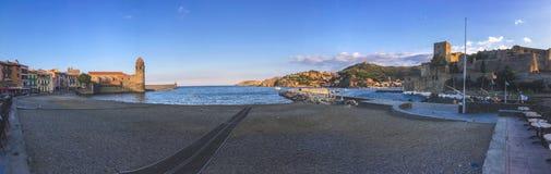 Cityscape achtergrondweergevenpanorama van de baai en het fort op de kust in de stad van Collioure stock foto's