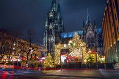 Cityscape - aftonsikt av julmarknaden på bakgrund den Cologne domkyrkan arkivfoton