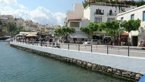 Cityscape av Agios Nikolaos Crete Greece Fartyg på den vulkansjövoulismenien och hamnen Traditionella hus runt om calderaintellig arkivfilmer