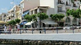 Cityscape av Agios Nikolaos Crete Greece Fartyg på den vulkansjövoulismenien och hamnen Traditionella hus runt om calderaintellig lager videofilmer