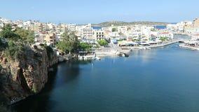 Cityscape av Agios Nikolaos Crete Greece Fartyg på den vulkansjövoulismenien och hamnen Traditionella hus runt om calderaintellig stock video