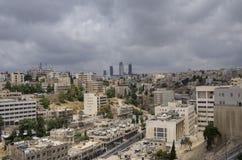 Cityscape av Amman som är i stadens centrum med skyskrapor på bakgrund, Jord Arkivbild