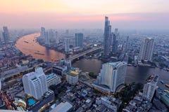 Cityscape av Bangkok på solnedgången i fågels sikt för öga Arkivbilder