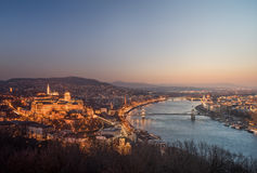 Cityscape av Budapest, Ungern på natten och dagen Royaltyfri Foto