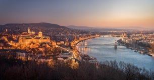 Cityscape av Budapest, Ungern på natten och dagen Arkivfoto