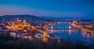 Cityscape av Budapest, Ungern på skymning arkivfoto