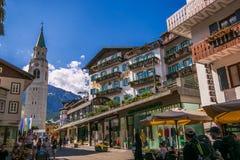 Cityscape av Cortina D Ampezzo, den berömda semesterorten i dolomitesna royaltyfria foton