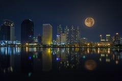 Cityscape av den bangkok nattsikten med den toppna månen Bangkok nattsikt i affärsläget Bangkok Thailand - 1 Januari, 2019 arkivbilder
