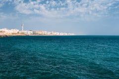 Cityscape av den Cadiz staden i Spanien blå havssky Royaltyfria Foton