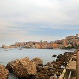 Cityscape av den gamla Gaeta staden i sommar fotografering för bildbyråer