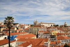 Cityscape av den gamla staden Alfama av den Lissabon domkyrkan och panteon Royaltyfri Foto