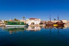 Cityscape av den gamla venetian hamnen på morgonen, stad av Rethymno, Kreta Royaltyfri Foto
