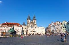 Cityscape av den gammala Townfyrkanten i Prague Arkivfoton