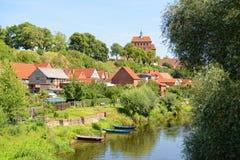 Cityscape av den Havelberg Tyskland p? den Havel floden med k?ngor arkivfoto