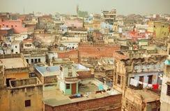 Cityscape av den historiska indiska staden med tegelstenbyggnader i dåligt villkor Royaltyfri Bild