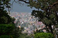 Cityscape av den Katmandu Nepal blicken på på den Swayambhunath templet Royaltyfri Foto