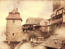 Cityscape av den medeltida gatan med portar står högt Arkivbild