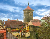 Cityscape av den medeltida staden med portar står högt Arkivbild