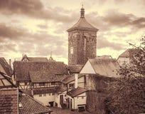 Cityscape av den medeltida staden med portar står högt Tonat Retro Royaltyfri Foto
