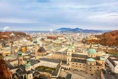 Cityscape av den Salzburg townen från det Hohensalzburg slottet Arkivbild