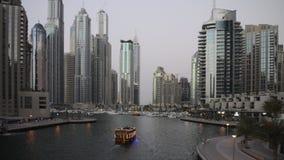 Cityscape av Dubai på natten, Förenade Arabemiraten arkivfilmer