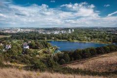 Cityscape av Edinburg och den Duddingston fjorden Fotografering för Bildbyråer