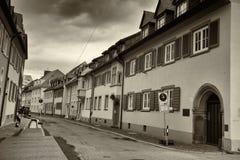 Cityscape av en gammal gata på den Freiburg im Breisgau Tyskland arkivfoton