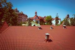 Cityscape av gamla belade med tegel röda tak i stad Arkivfoton