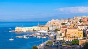 Cityscape av gamla Gaeta i sommartid, Italien royaltyfri fotografi