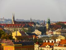 Cityscape av gamla Prague, belade med tegel tak av gamla hus royaltyfri fotografi