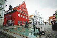 Cityscape av Greifswald med dess typiska hanseatic hus Arkivbild