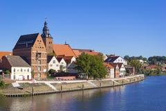 Cityscape av Havelberg med den Havel floden royaltyfria bilder