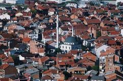 Cityscape av lilla staden med moskén och minaret Arkivfoto