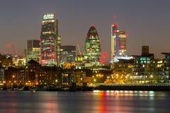 Cityscape av London med reflexion i Thames River arkivbilder