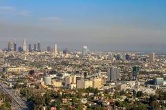 Cityscape av Los Angeles med den disiga horisonten arkivbild
