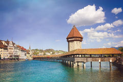 Cityscape av Lucerne med den berömda kapellbron och sjön Lucerne, Schweiz retro filter Arkivfoton